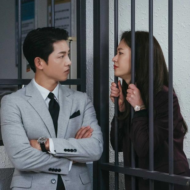 Song Joong Ki lần đầu lộ diện sau khi cách ly, đi tiêm vaccine COVID-19 với biểu cảm đáng lo hậu bê bối xây dựng trái phép - Ảnh 4.