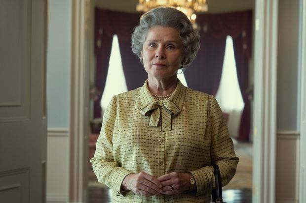 Ác nữ Umbridge của Harry Potter chính thức xuất hiện với vai Nữ hoàng Anh, netizen thế giới sửng sốt vì tạo hình chuẩn không cần chỉnh - Ảnh 2.