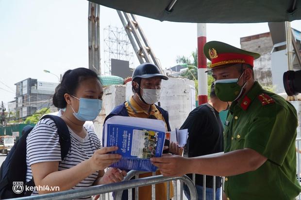 NÓNG: Hà Nội phong tỏa toàn bộ 1 phường của quận Hoàn Kiếm do có dân quân tự vệ dương tính SARS-CoV-2 - Ảnh 5.