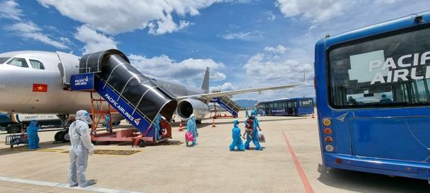 Thêm 2 chuyến bay miễn phí đưa 400 người từ TP.HCM về quê Quảng Nam - Ảnh 2.