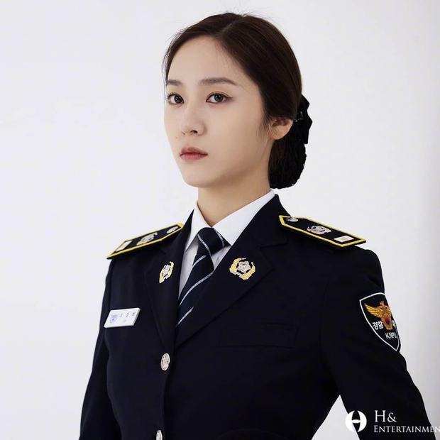 Chết chìm với bể visual bùng nổ của cảnh sát Krystal ở phim mới, netizen đùa bắt em đi chị ơi - Ảnh 4.