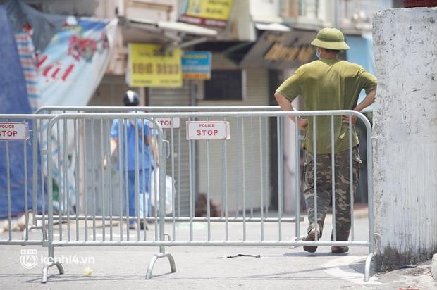 NÓNG: Hà Nội phong tỏa toàn bộ 1 phường của quận Hoàn Kiếm do có dân quân tự vệ dương tính SARS-CoV-2 - Ảnh 1.