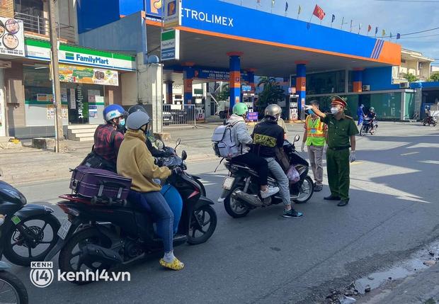Có nhiều F0 khi về tự phát, Bình Định tạm dừng tiếp nhận người dân từ TP.HCM về quê - Ảnh 1.