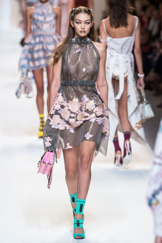 Vì sao người mẫu quốc tế luôn thả rông khi trình diễn trên sàn diễn thời trang? - Ảnh 2.
