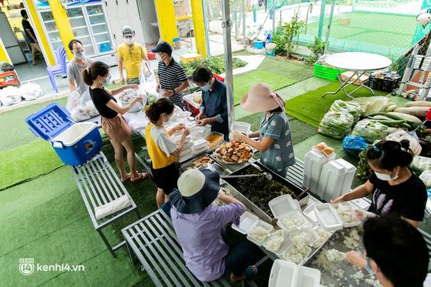 Chuyện cư dân chung cư ở Sài Gòn nấu hàng trăm suất ăn mỗi ngày tiếp sức các Bệnh viện dã chiến: Những người tham gia phải có xét nghiệm âm tính - Ảnh 6.