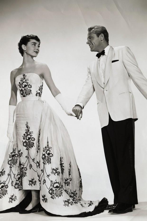 9 cặp NTK - nàng thơ nổi tiếng làng mốt: Căng nhất là mối quan hệ gương vỡ lại lành sau 20 năm của Karl Lagerfeld, Audrey Hepburn thì một lòng với Givenchy - Ảnh 9.