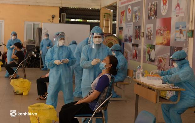 Hà Nội: Xét nghiệm Covid-19 cho hàng nghìn người dân gần Bệnh viện Phổi Hà Nội - Ảnh 1.