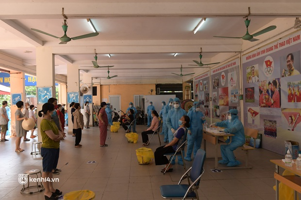 Hà Nội: Xét nghiệm Covid-19 cho hàng nghìn người dân gần Bệnh viện Phổi Hà Nội - Ảnh 9.