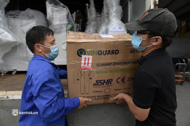 Chuyến tàu từ Hà Nội chở hơn 10 tấn thiết bị y tế chi viện cho tâm dịch TP. Hồ Chí Minh - Ảnh 4.