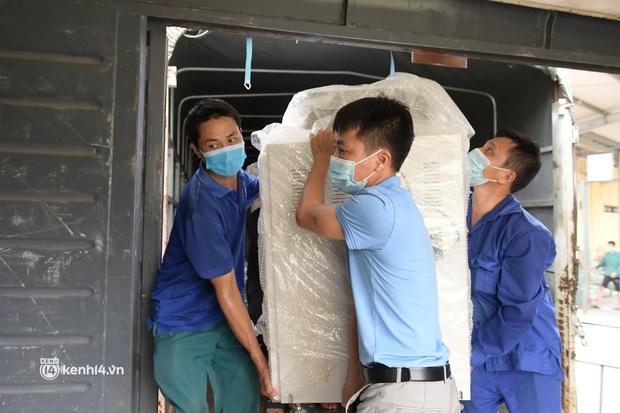 Chuyến tàu từ Hà Nội chở hơn 10 tấn thiết bị y tế chi viện cho tâm dịch TP. Hồ Chí Minh - Ảnh 7.