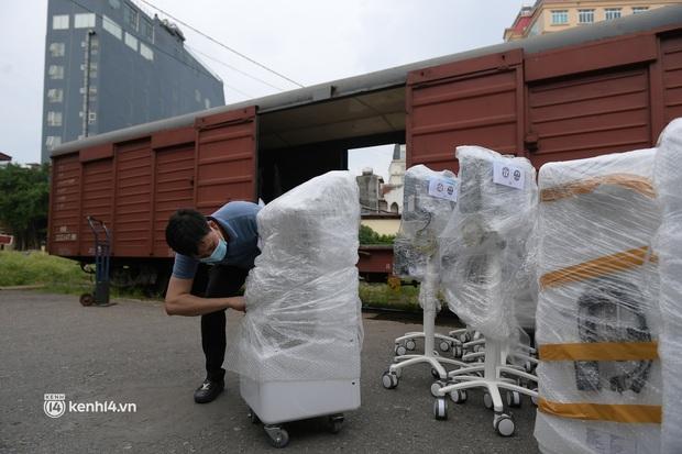 Chuyến tàu từ Hà Nội chở hơn 10 tấn thiết bị y tế chi viện cho tâm dịch TP. Hồ Chí Minh - Ảnh 8.