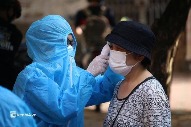 Hà Nội: Xét nghiệm Covid-19 cho hàng nghìn người dân gần Bệnh viện Phổi Hà Nội - Ảnh 2.