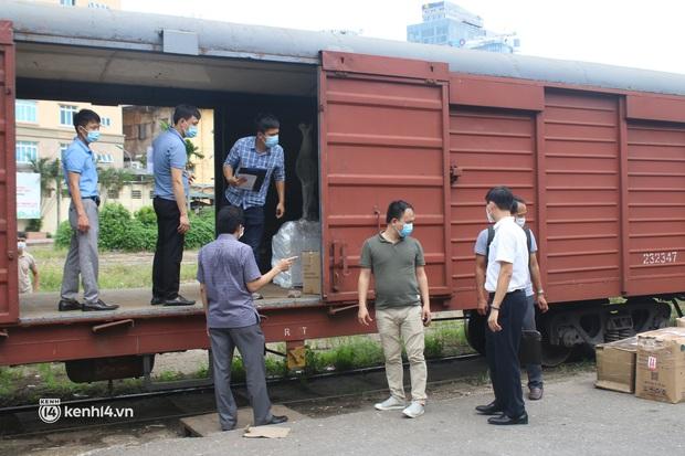 Chuyến tàu từ Hà Nội chở hơn 10 tấn thiết bị y tế chi viện cho tâm dịch TP. Hồ Chí Minh - Ảnh 1.