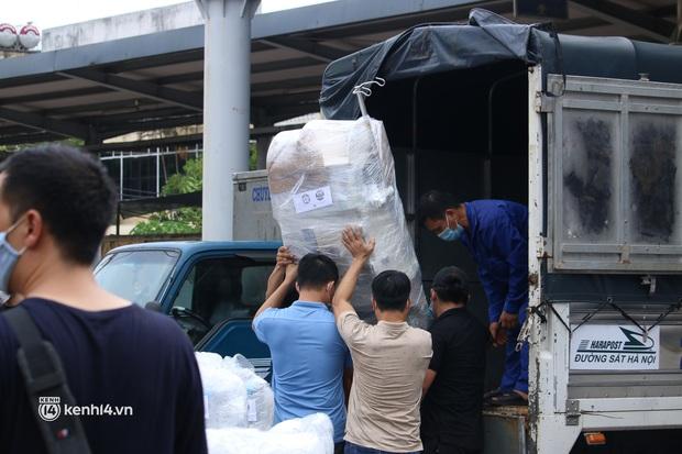 Chuyến tàu từ Hà Nội chở hơn 10 tấn thiết bị y tế chi viện cho tâm dịch TP. Hồ Chí Minh - Ảnh 10.