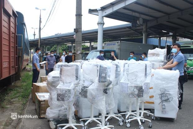 Chuyến tàu từ Hà Nội chở hơn 10 tấn thiết bị y tế chi viện cho tâm dịch TP. Hồ Chí Minh - Ảnh 13.
