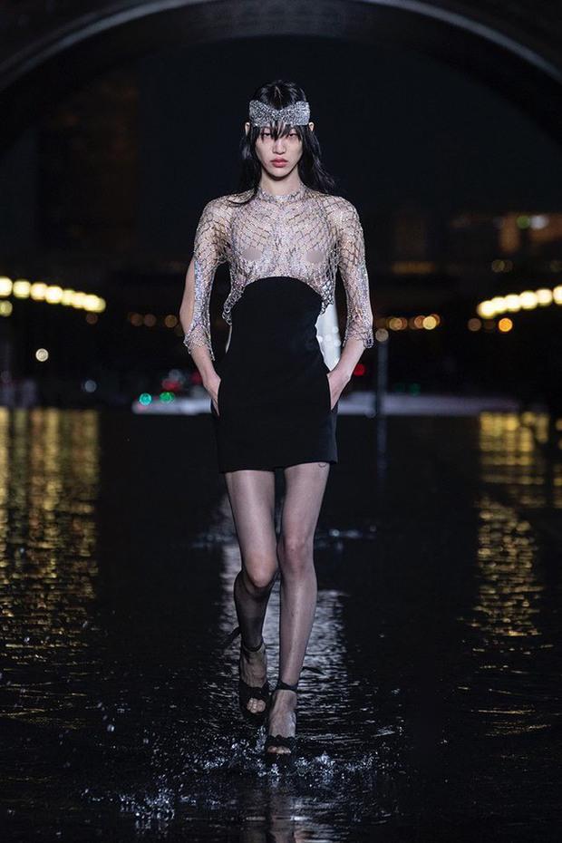 Vì sao người mẫu quốc tế luôn thả rông khi trình diễn trên sàn diễn thời trang? - Ảnh 5.