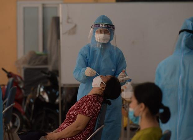 Hà Nội: Xét nghiệm Covid-19 cho hàng nghìn người dân gần Bệnh viện Phổi Hà Nội - Ảnh 7.