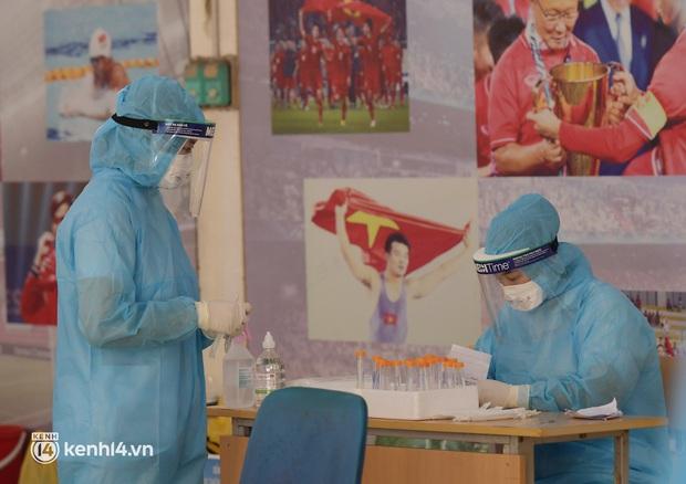 Hà Nội: Xét nghiệm Covid-19 cho hàng nghìn người dân gần Bệnh viện Phổi Hà Nội - Ảnh 10.