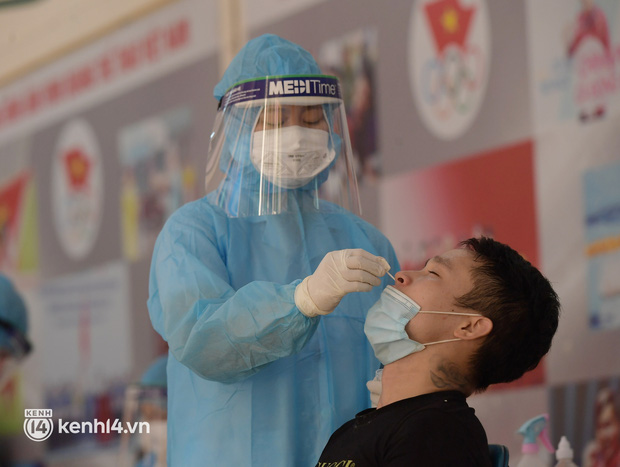 Hà Nội: Xét nghiệm Covid-19 cho hàng nghìn người dân gần Bệnh viện Phổi Hà Nội - Ảnh 8.