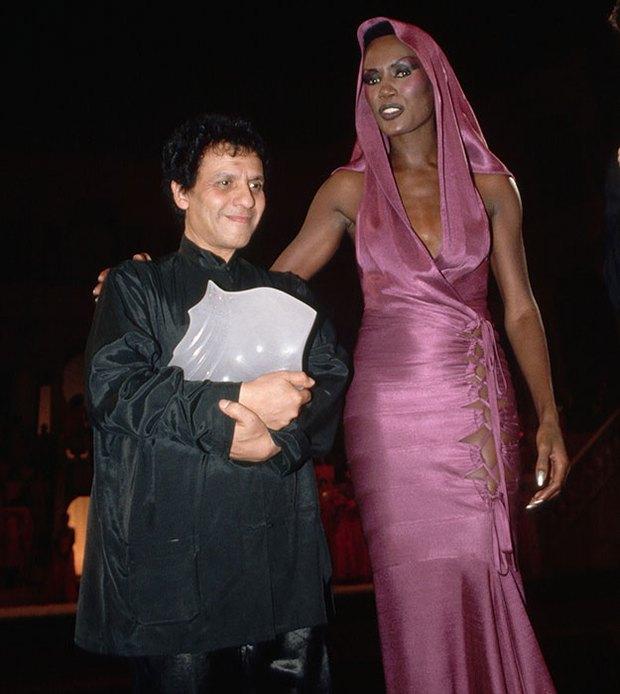 9 cặp NTK - nàng thơ nổi tiếng làng mốt: Căng nhất là mối quan hệ gương vỡ lại lành sau 20 năm của Karl Lagerfeld, Audrey Hepburn thì một lòng với Givenchy - Ảnh 8.