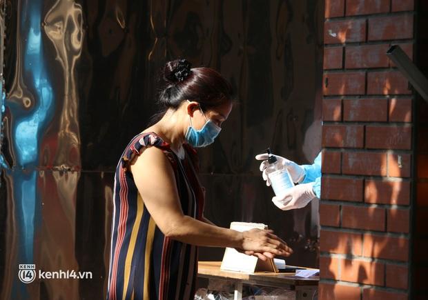 Hà Nội: Xét nghiệm Covid-19 cho hàng nghìn người dân gần Bệnh viện Phổi Hà Nội - Ảnh 4.