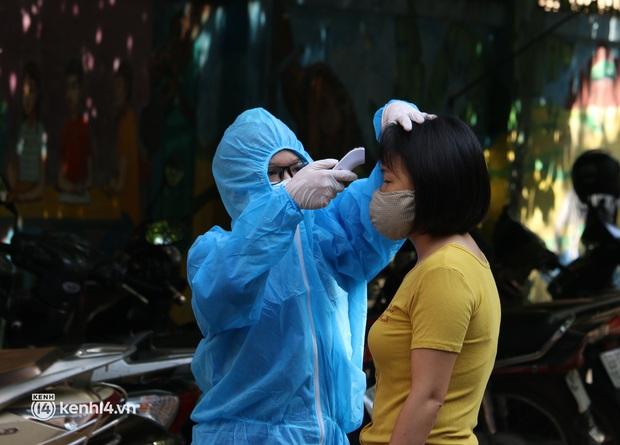 Hà Nội: Xét nghiệm Covid-19 cho hàng nghìn người dân gần Bệnh viện Phổi Hà Nội - Ảnh 3.