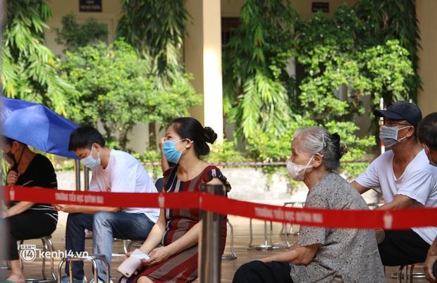 Hà Nội: Xét nghiệm Covid-19 cho hàng nghìn người dân gần Bệnh viện Phổi Hà Nội - Ảnh 6.