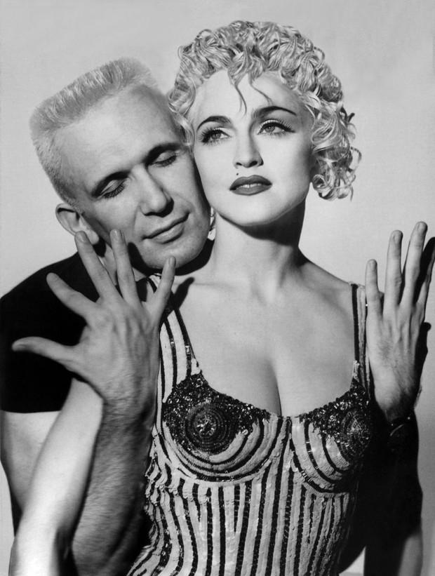 9 cặp NTK - nàng thơ nổi tiếng làng mốt: Căng nhất là mối quan hệ gương vỡ lại lành sau 20 năm của Karl Lagerfeld, Audrey Hepburn thì một lòng với Givenchy - Ảnh 2.