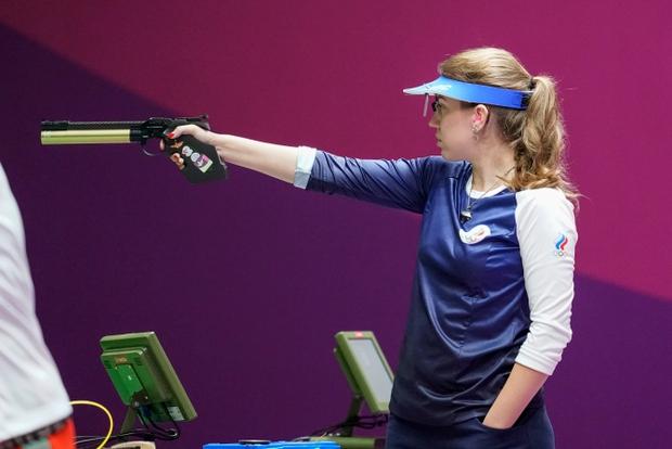 Nhà vô địch Olympic gây sốt bởi dáng bắn súng cực ngầu, dân tình nhìn xong lo cô nàng bị gãy tay - Ảnh 1.