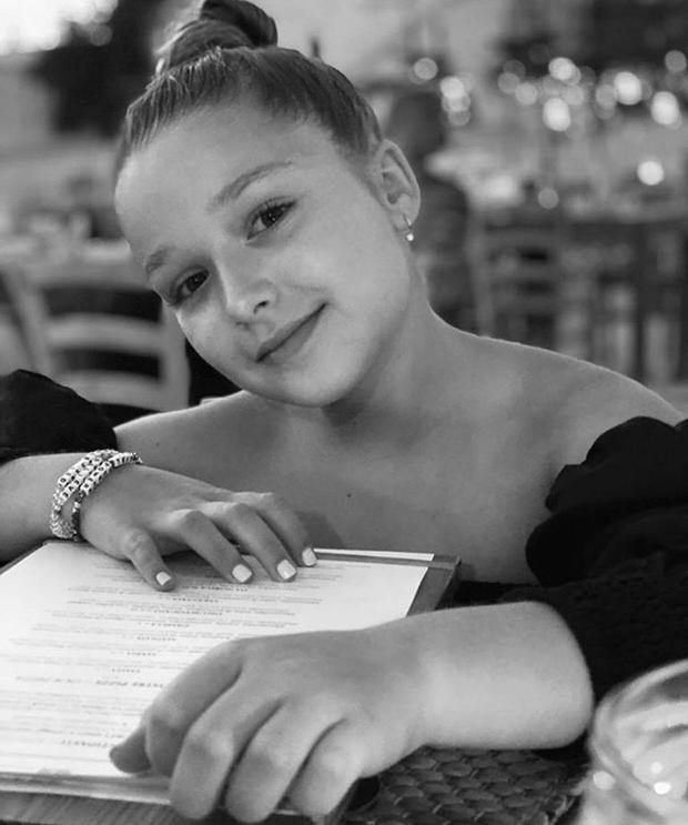 Tranh cãi nảy lửa: Harper mượn váy 54 triệu của mẹ, Beckham liền bị chỉ trích vì để con gái mặc đầm khoét hở hang quá đà - Ảnh 7.