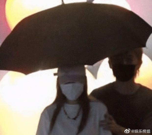 2 cặp đôi hot nhất Cbiz hôm nay: Song Hye Kyo Trung Quốc hẹn hò mỹ nam kém 8 tuổi, tình cũ La Chí Tường còn khét hơn - Ảnh 7.