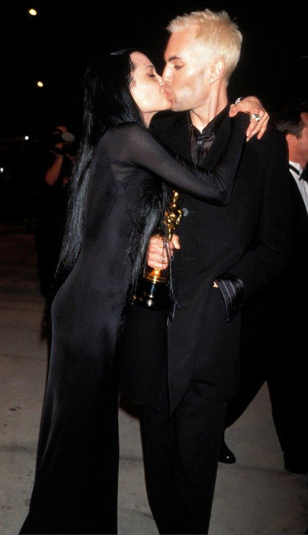 1001 sự cố í ẹ nhất thảm đỏ: Góa phụ đen bị MC sờ ngực, Kendall - Emma Watson lộ chỗ nhạy cảm chưa bằng tài tử rơi bao cao su - Ảnh 8.