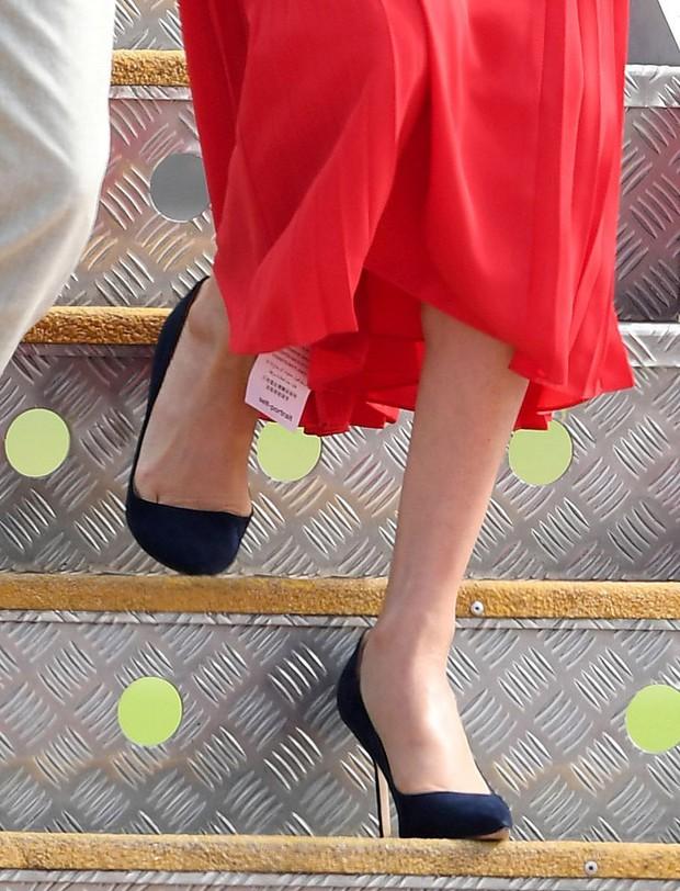 1001 sự cố í ẹ nhất thảm đỏ: Góa phụ đen bị MC sờ ngực, Kendall - Emma Watson lộ chỗ nhạy cảm chưa bằng tài tử rơi bao cao su - Ảnh 11.