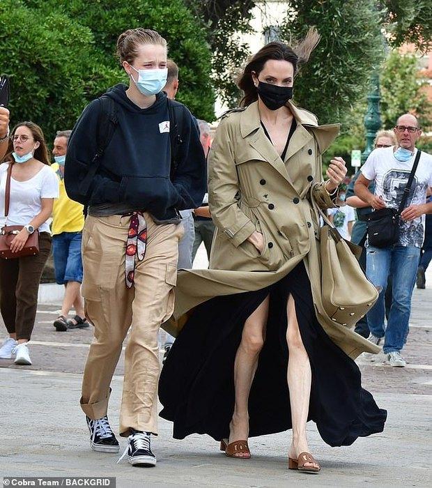 Angelina Jolie đại náo nước Ý: Lộ chân gân guốc da bọc xương nhưng visual kinh diễm cân tất, át cả ái nữ khổng lồ Shiloh - Ảnh 2.
