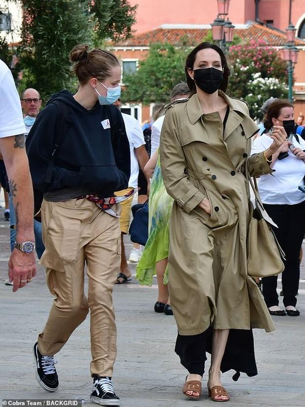 Angelina Jolie đại náo nước Ý: Lộ chân gân guốc da bọc xương nhưng visual kinh diễm cân tất, át cả ái nữ khổng lồ Shiloh - Ảnh 3.