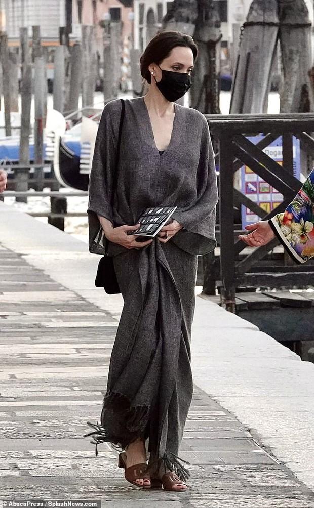 Angelina Jolie đại náo nước Ý: Lộ chân gân guốc da bọc xương nhưng visual kinh diễm cân tất, át cả ái nữ khổng lồ Shiloh - Ảnh 4.