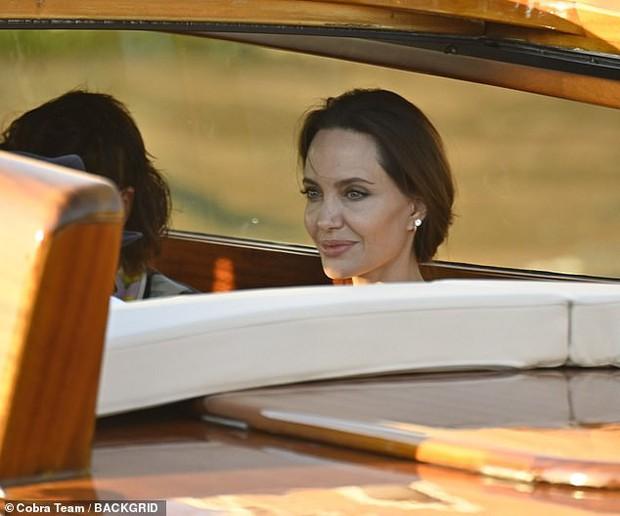 Angelina Jolie đại náo nước Ý: Lộ chân gân guốc da bọc xương nhưng visual kinh diễm cân tất, át cả ái nữ khổng lồ Shiloh - Ảnh 9.