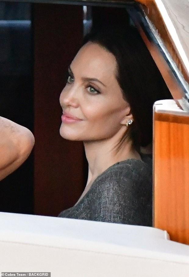 Angelina Jolie đại náo nước Ý: Lộ chân gân guốc da bọc xương nhưng visual kinh diễm cân tất, át cả ái nữ khổng lồ Shiloh - Ảnh 5.