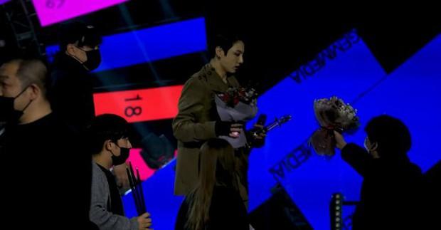 Sân khấu encore của BTS gây tranh cãi: Hát live dở tệ, bỏ lại cúp và đạo cụ trên sân khấu, Jungkook là điểm sáng duy nhất - Ảnh 5.