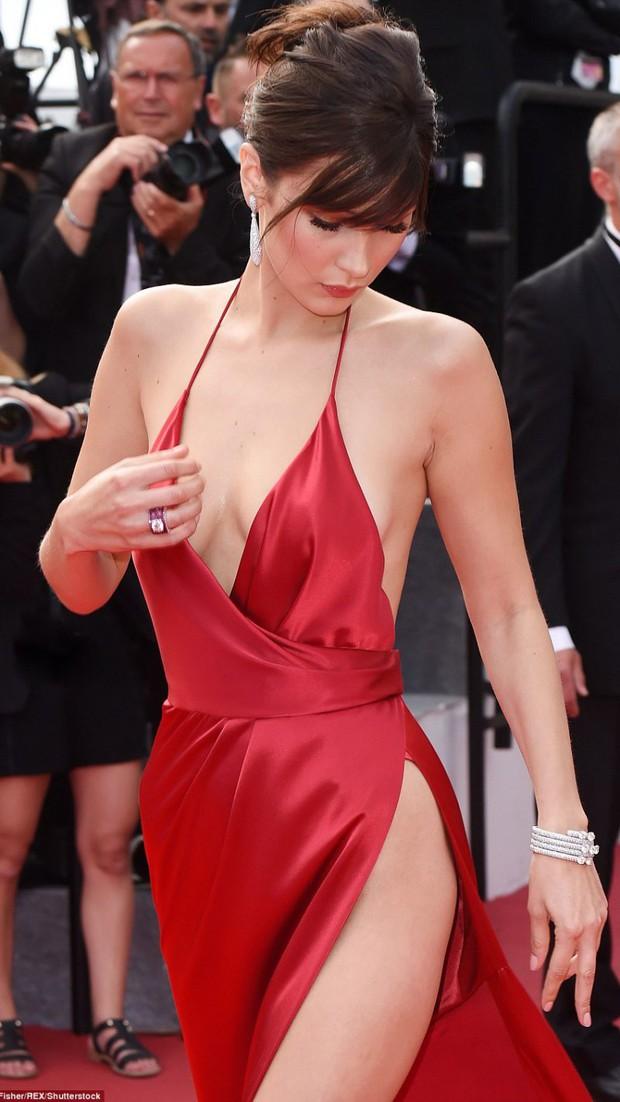 1001 sự cố í ẹ nhất thảm đỏ: Góa phụ đen bị MC sờ ngực, Kendall - Emma Watson lộ chỗ nhạy cảm chưa bằng tài tử rơi bao cao su - Ảnh 16.