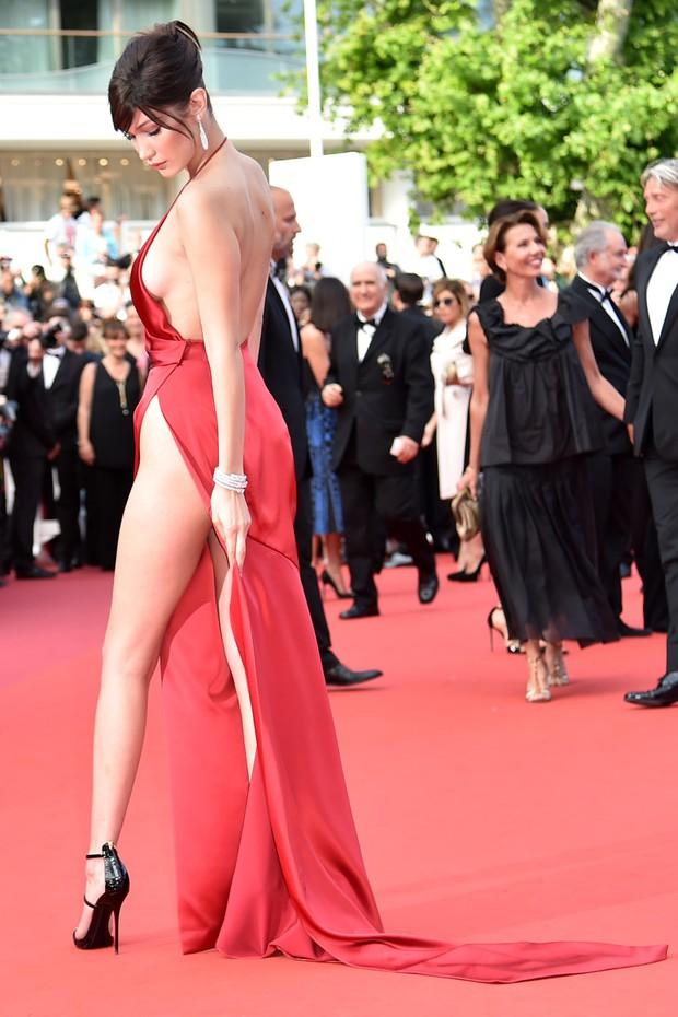1001 sự cố í ẹ nhất thảm đỏ: Góa phụ đen bị MC sờ ngực, Kendall - Emma Watson lộ chỗ nhạy cảm chưa bằng tài tử rơi bao cao su - Ảnh 17.