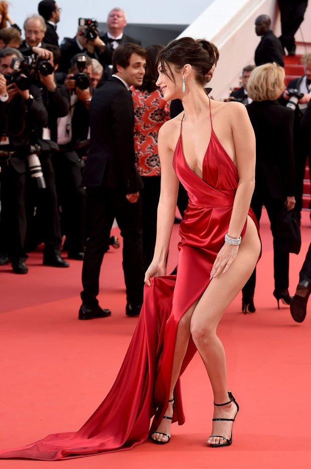 1001 sự cố í ẹ nhất thảm đỏ: Góa phụ đen bị MC sờ ngực, Kendall - Emma Watson lộ chỗ nhạy cảm chưa bằng tài tử rơi bao cao su - Ảnh 18.