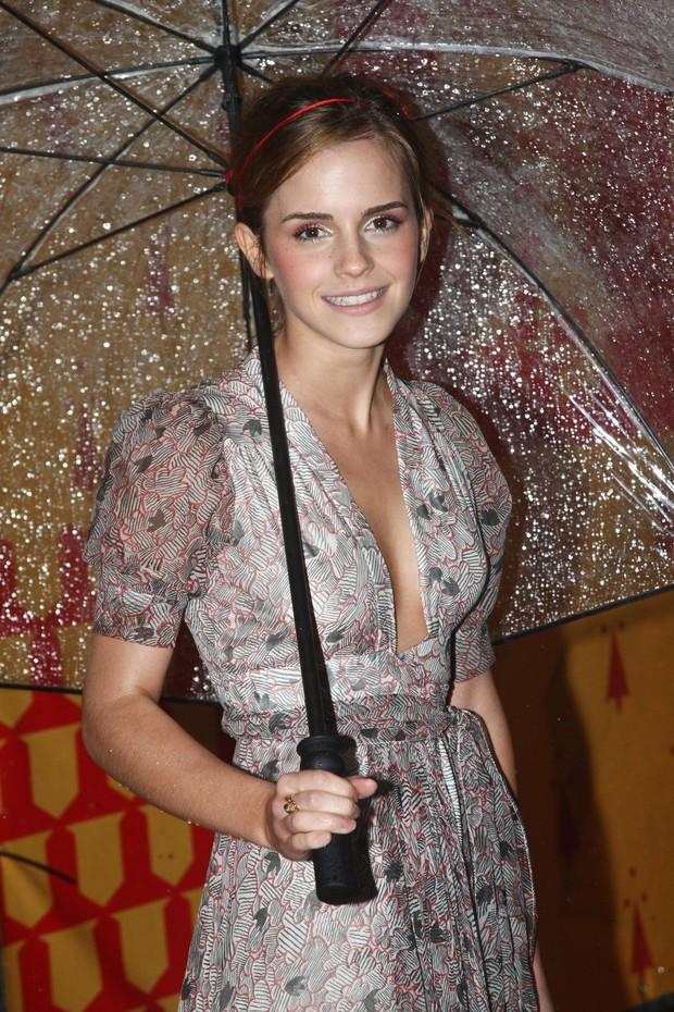 1001 sự cố í ẹ nhất thảm đỏ: Góa phụ đen bị MC sờ ngực, Kendall - Emma Watson lộ chỗ nhạy cảm chưa bằng tài tử rơi bao cao su - Ảnh 21.