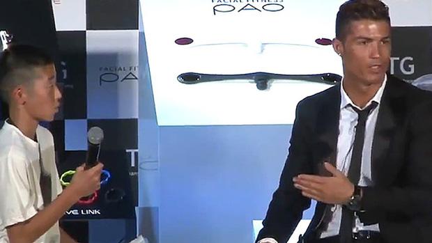 Chỉ bằng 1 lời nói chân thành, Ronaldo đã thay đổi số phận của cậu bé Nhật Bản từng bị đám đông chế giễu: Đẳng cấp thực thụ của một ngôi sao lớn! - Ảnh 2.