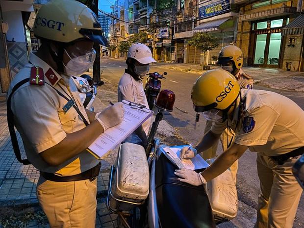 TP.HCM: Ra đường đi mua mì gói cho vợ sau 18h, thanh niên bỏ chạy khi gặp CSGT - Ảnh 1.