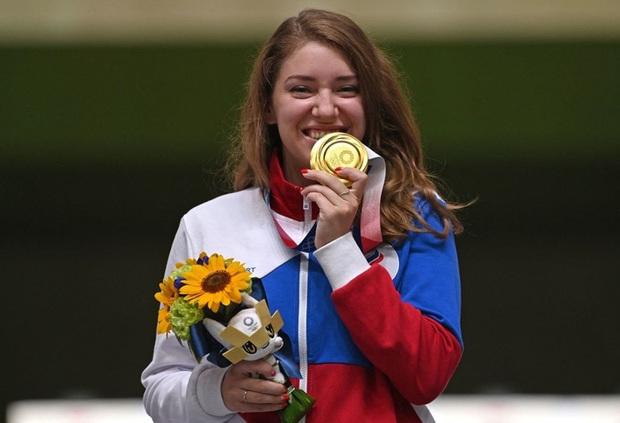 Nhà vô địch Olympic gây sốt bởi dáng bắn súng cực ngầu, dân tình nhìn xong lo cô nàng bị gãy tay - Ảnh 3.