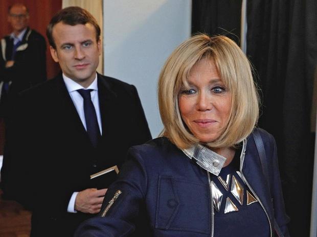 Tổng thống Pháp lại gây bão MXH với khoảnh khắc cưng nựng trẻ con rồi nhận về cái kết đắng lòng - Ảnh 3.