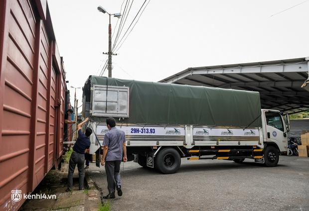 Chuyến tàu từ Hà Nội chở hơn 10 tấn thiết bị y tế chi viện cho tâm dịch TP. Hồ Chí Minh - Ảnh 3.