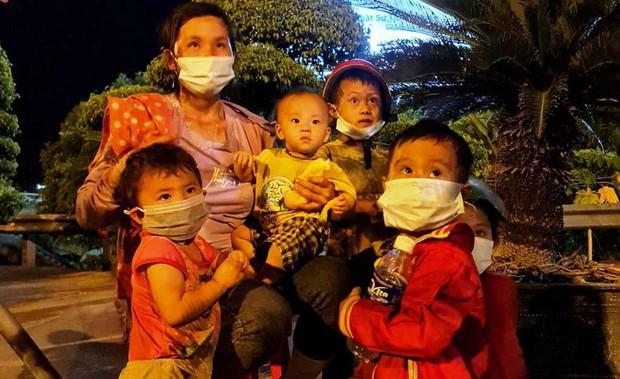 Vụ 2 ông chồng bỏ quên vợ con giữa đường khi chạy xe máy về quê tránh dịch: 2 người phụ nữ cùng 4 cháu nhỏ đã được hỗ trợ đưa về - Ảnh 1.