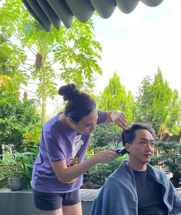 Đàm Thu Trang hoá thợ cắt tóc cho ông xã đại gia, cái kết ra sao mà khiến Cường Đô La giật mình? - Ảnh 2.